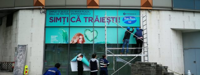 autocolant printat si laminat, montaj autocolant, river plaza mall, productie publicitara valcea